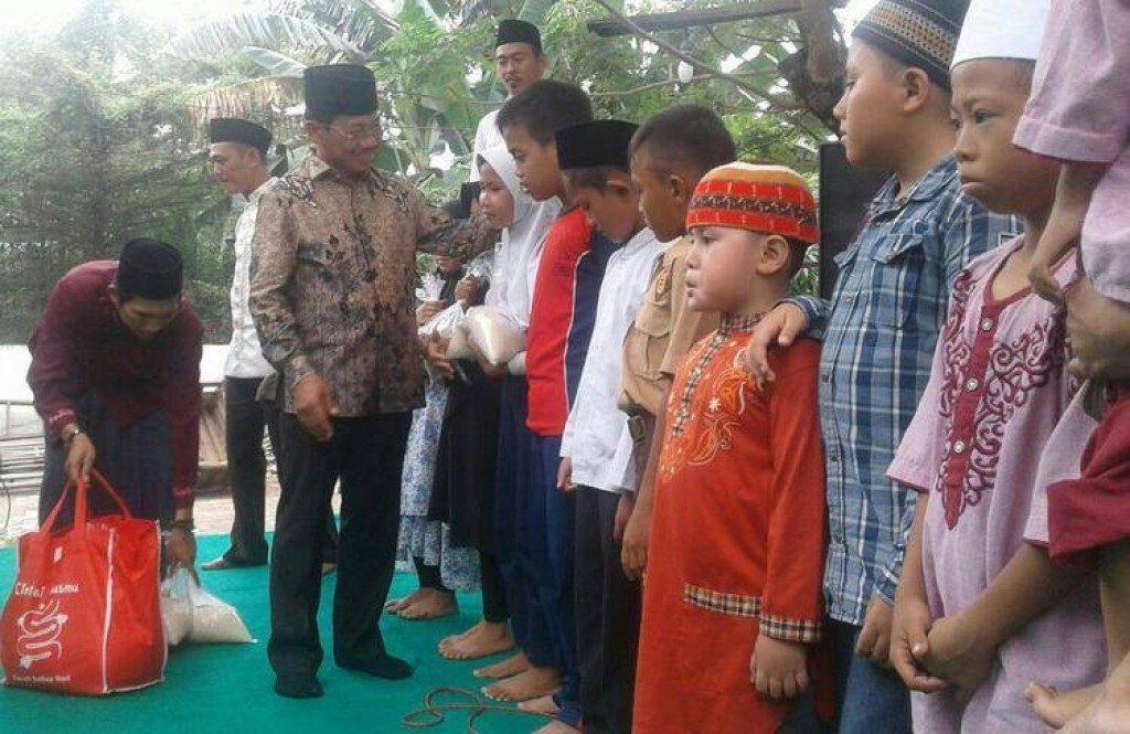 Remaja Masjid Pakojan Kota Tangerang berbagi Santunan